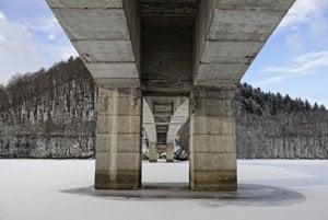 Takto vyzerá most cez Ružín zdola. Vedenie Košického samosprávneho kraja (KSK) tvrdí, že údržbu mosta nezanedbali. Za jeho havarijný stav sú podľa nich zodpovední kamionisti, ktorí nerešpektovali zákazy a vozili po moste niekoľkonásobne ťažšie náklady, ako povoľovali predpisy.