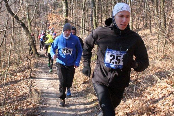 Celkovým víťazom medzi mužmi sa stal 18-ročný levický triatlonista Matúš Verbovský (vpravo), ktorý v bežeckých súťažiach preteká za ŠK Atléti BS.