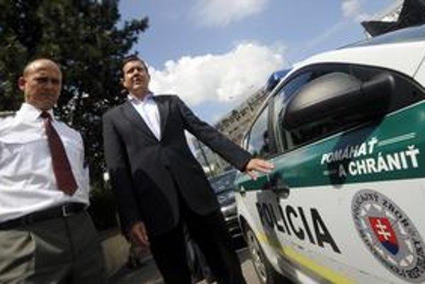 Tri roky po českej polícii nastriekali heslá aj na slovenské policajné autá. Newyorská polícia zvolila slová Zdvorilosť, Profesionalita, Rešpekt.