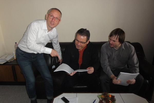 Časť tvorivého tímu: zľava režisér Svetozár Sprušanský, autor Laco Kerata a dramaturg Adam Gold.