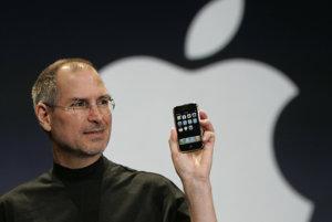 Steve Jobs v januári 2007 predstavuje prvý iPhone.