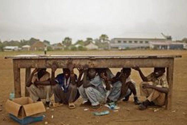 Deti v Južnom Sudáne sa schovávajú pred dažďom.