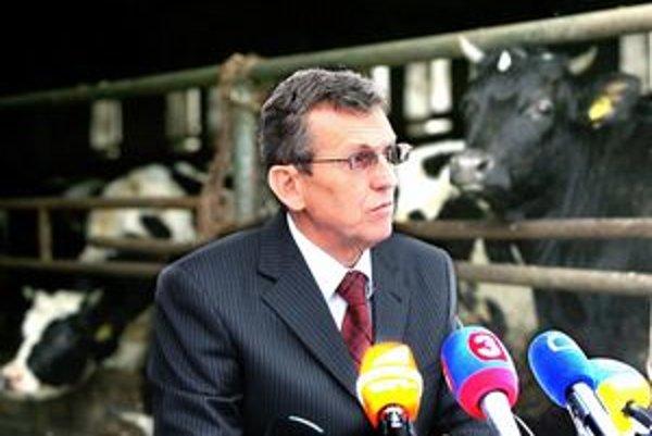 S funkciou sa Jureňa lúčil tlačovou konferenciou pred kravínom Poľnohospodárskeho družstva vo Vajnoroch.