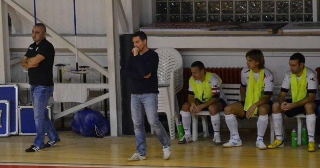 Počas zápasu: Milan Kamenský, prezident Futsal klubu Lučenec (vľavo) s trénerom Csabom Csánym.