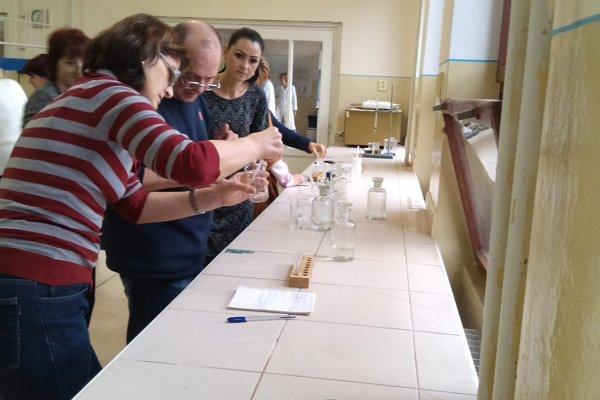 Učitelia si vyskúšali pokusy z chemickej olympiády.