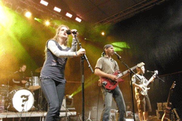 Diváci sa výborne bavili aj pri koncerte kapely Hrdza.
