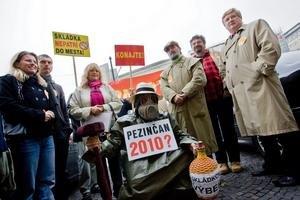 Jeden z najvyšších platov má primátor Pezinka Oliver Solga (vpravo), ktorý si mesto získal aj aktívnym bojom proti skládke v meste.