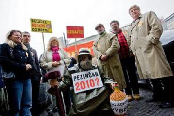 Proti skládke protestovali Pezinčania v roku 2010 a hrozí, že budú opäť.