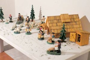 Dielo tvorí súbor figurálnych plastík sovčiarskou tematikou.