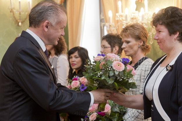Pozvanie od prezidenta Andreja Kisku dostala aj Šahanka Angelika Révész (druhá sprava).