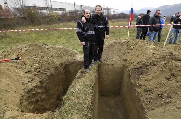 Bratia Skladanovci zo želiezovskej pohrebnej služby vyhrali súťaž vo výkope hrobov.