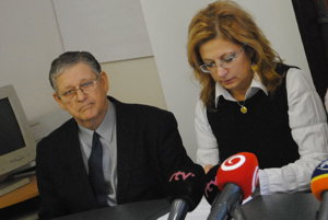 Na tlačovke pred voľbami 2016, Mikuláš Žemlička bol neustále aktívny.