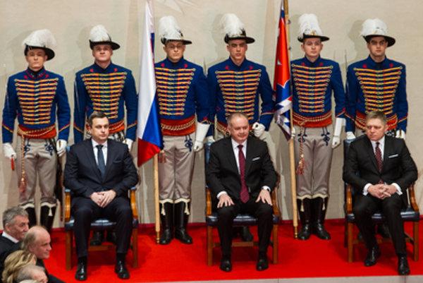 Po odovzdávaní štátnych vyznamenaní premiér Robert Fico ani predseda parlamentu Andrej Danko neprišli na slávnostnú recepciu, hoci na ňu s prezidentom Andrejom Kiskom pozývali. Dôvod nepovedali.