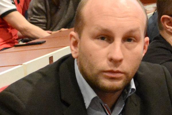 Michal Djordjevič. Tvrdí, že so znevažujúcim príspevkom nemá nič spoločné.