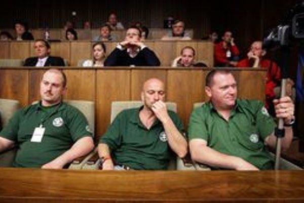 Niekto z poslancov pozval do budovy aj členov zrušenej Slovenskej pospolitosti.