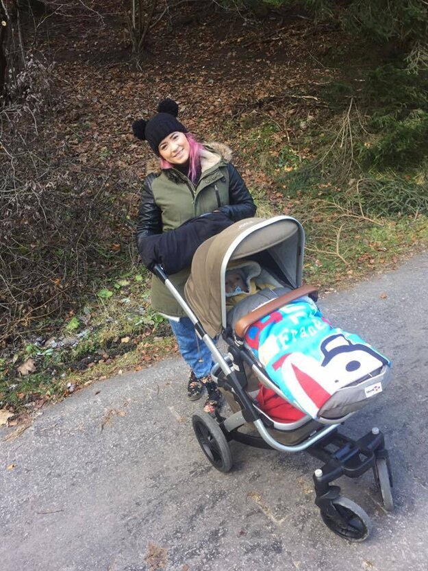 Dominika Mirgová. Na prechádzke so synčekom sa mladá speváčka zmenila na myšku vďaka svojej veselej čiapke.