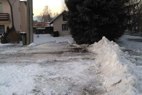Blatnický potok pretekajúci cez Príbovce začal ohrozovať viacero domov.