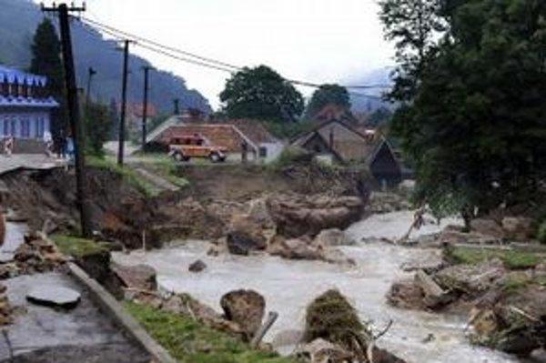 Situácia v obci Píla pri Častej nedaľeko Modry po povodni 8. júna 2011.