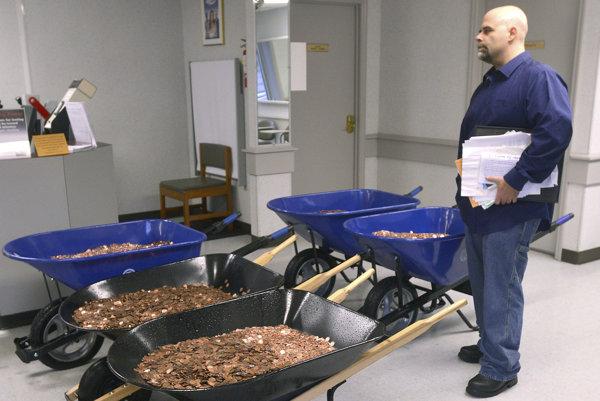 Stafford v sídle DMV so svojou platbou.