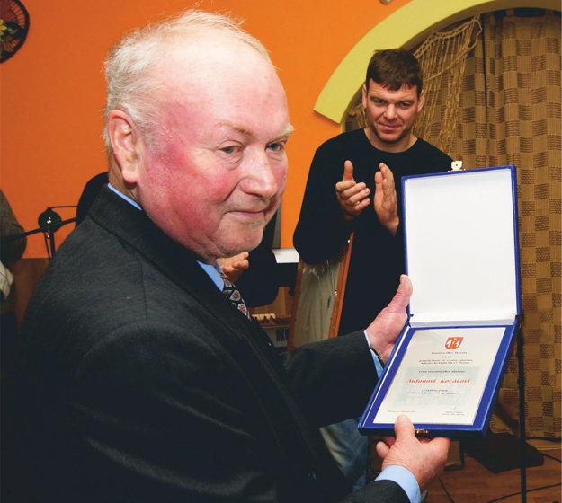 V popredí Anton Kováč, za ním stojí Jozef Stümpel, ktorý sa zúčastnil v roku 2013 osláv 50. výročia založenia hokeja v Sľažanoch.