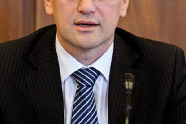 Vďaka rozhodnutiu Ústavného súdu budú podľa Maďariča patriť poisťovniam zisky z peňazí ľudí a zabrzdí sa výstavba diaľníc.