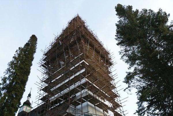 Veža kostola je počas rekonštrukcie obohnaná lešením.