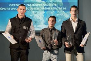 Na snímke slovenskí reprezentanti v boxe Andrej Csemez (vpravo), Filip Mészároš (uprostred) a tréner Tomi Kid Kovács (vľavo).