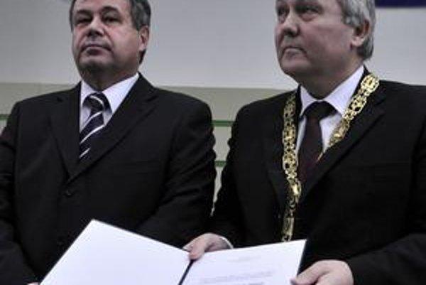 Exminister Mikolaj a rektor Pilipčinec pri zaradení košickej veteriny medzi univerzitné školy v roku 2009.
