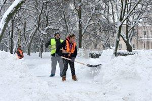 Mesto Trebišov vyhlásilo mimoriadnu situáciu v súvislosti so snežením. Na snímke pracovníci aktivačných prác v Trebišove 14. januára 2017 odpratávajú sneh v meste.