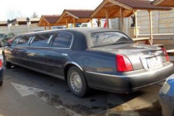 Americká limuzína a drevené stavby, typický štýl podnikateľa Varehu.