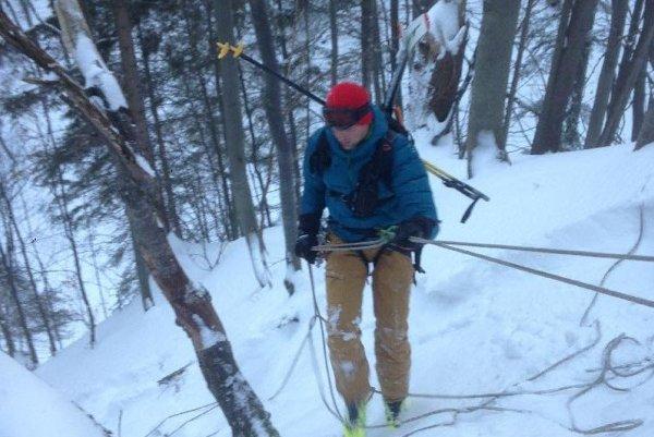 Snowboardista zišiel z lyžiarského terénu a sám si poradiť nevedel.