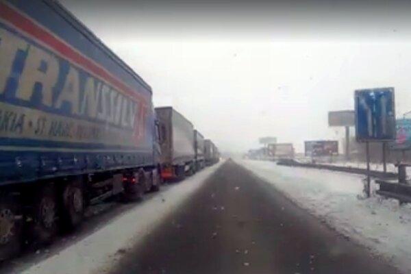 Pred východným vstupom do Ružomberka sa tvorili kolóny desiatok kamiónov. Príčin bolo niekoľko, najmä počasie.