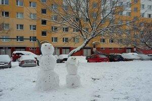 V uliciach mesta sa objavili desiatky snehuliakov.
