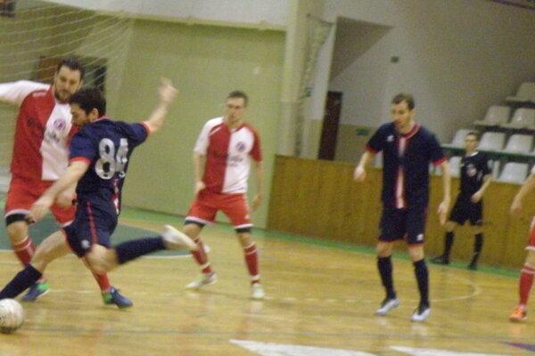 V obrannom zákroku hráč MFK TW Nové Zámky Adam Bombicz. Novozámčania pokorili vpiatok na domácej palubovke lídra súťaže.