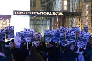 Demonsštranti pred Trumpovým hotelom v centre Washingtonu.