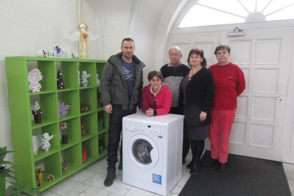 Šesť zariadení sociálnych služieb dostalo vďaka spolupráci kraja a občianskeho združenia Parasport24 nové práčky.