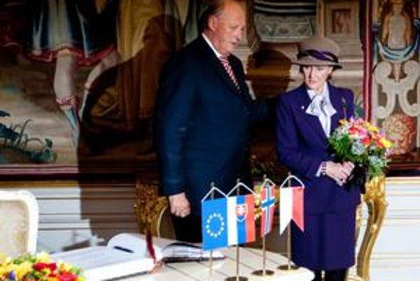 Nórskeho kráľa Haralda V. sprevádza Slovenskom prezident Ivan Gašparovič. Kráľovnú Sonju prvá dáma.
