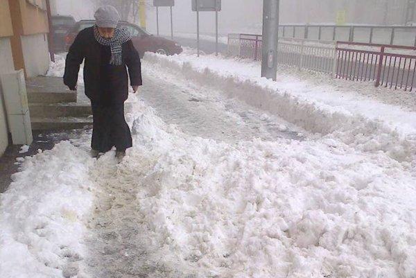 Na Československej. Ľudia si odpratali, sneh im nahrnuli.