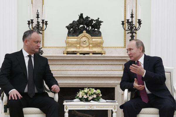 Moldavský prezident Igor Dodon a Vladimir Putin, ruská hlava štátu.