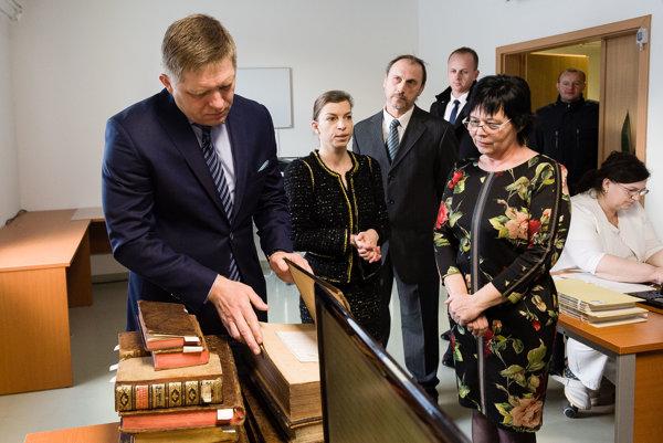 redseda vlády SR Robert Fico (vľavo), generálna riaditeľka SNK Katarína Krištofová (druhá zľava), vedúci Oddelenia prípravy dokumentov Ivan Kuka (tretí zľava) a riaditeľka Ochrany fondov SNK Viera Gašpareková (vpravo).