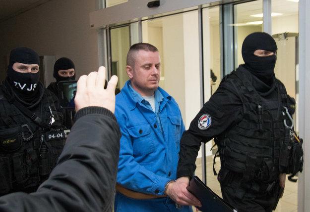 :Odsúdený Štefan Sinička (uprostred) v sprievode eskorty na Špecializovanom trestnom súde v Pezinku.
