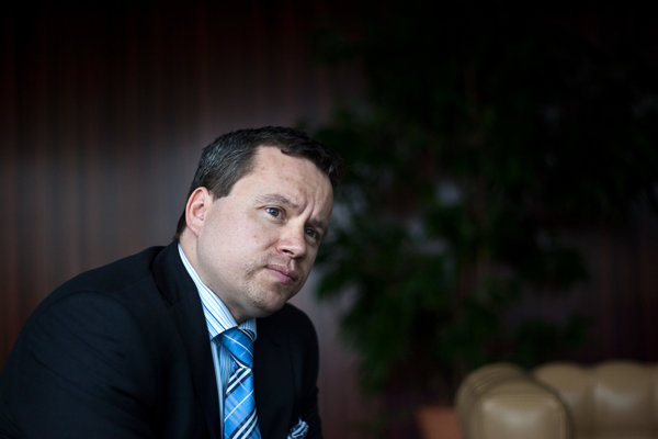 Ján Tóth je  viceguvernér NBS.