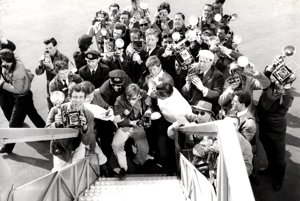 Keď Anita Ekberg vystupovala vo Felliniho Sladkom živote z lietadla, paparazzi sa išli ušliapať.(1959)