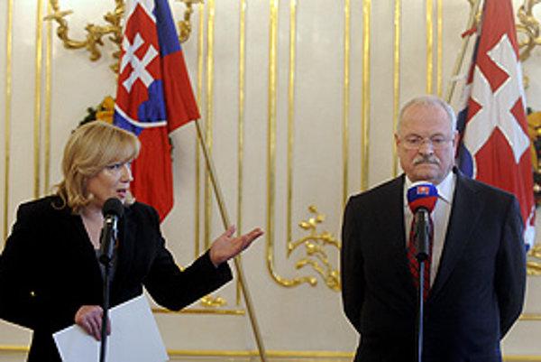 Prezident SR Ivan Gašparovič  a vľavo predsedníčka vlády SR Iveta Radičová počas dnešnej tlačovej konferencie.