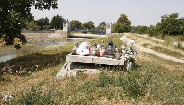 Osudná šachta na brehu rieky. Betónový poklop na ňu osadili až po tragédii.