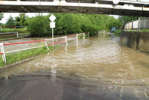 Pri výdatnejších dažďoch zaplavuje voda z Handlovky cestu pod železničnými mostami.