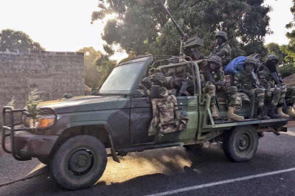 Konvoj senegalských jednotiek v Gambii.
