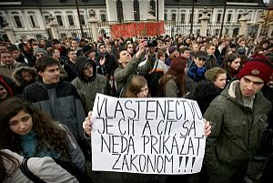 Povinné vlastenectvo rozhnevalo tisícky študentov aj učiteľov. Nová vláda zákon nezmení.