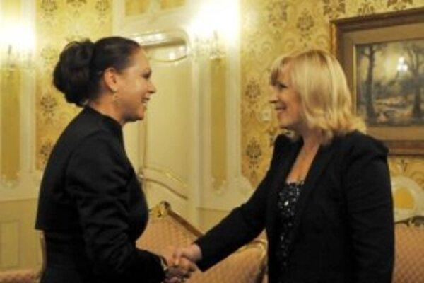 Predsedníčka vlády SR Iveta Radičová (vpravo) prijala predsedníčku Ústavného súdu SR  Ivettu Macejkovú