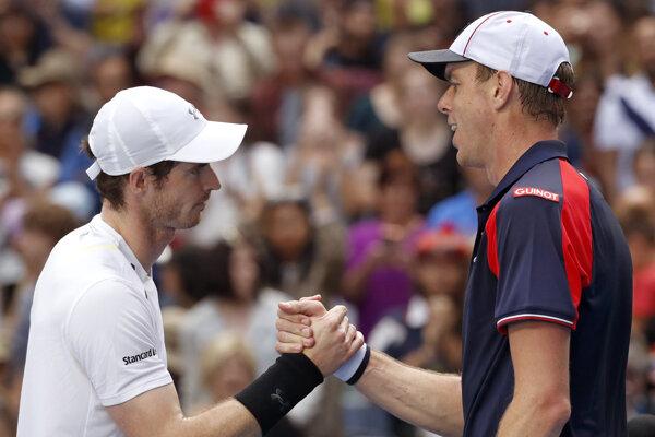 Andy Murray (vľavo) v treťom kole Australian Open vyradil Američana Sama Querreyho.